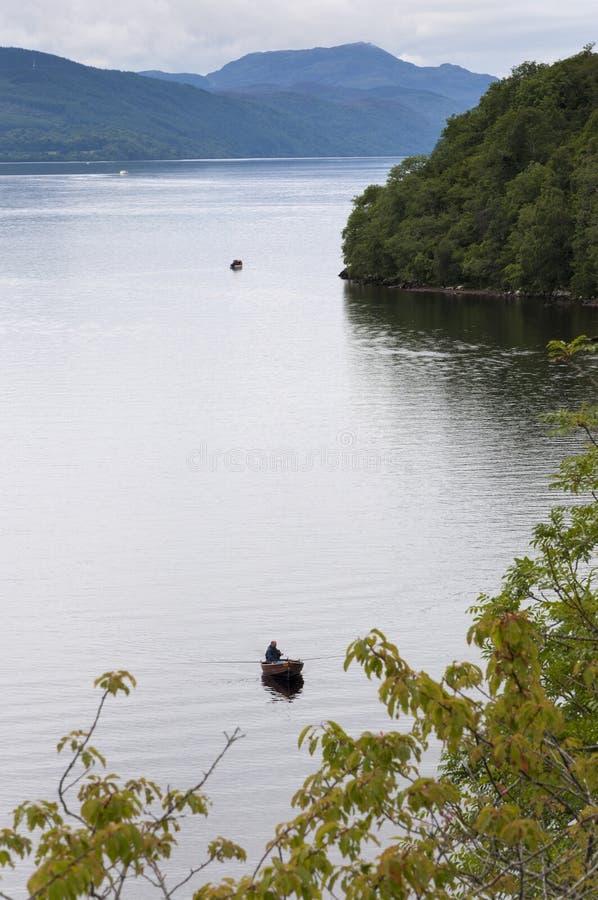 Petit boata de pêche dans le Loch Ness, en Ecosse, le Royaume-Uni photo libre de droits