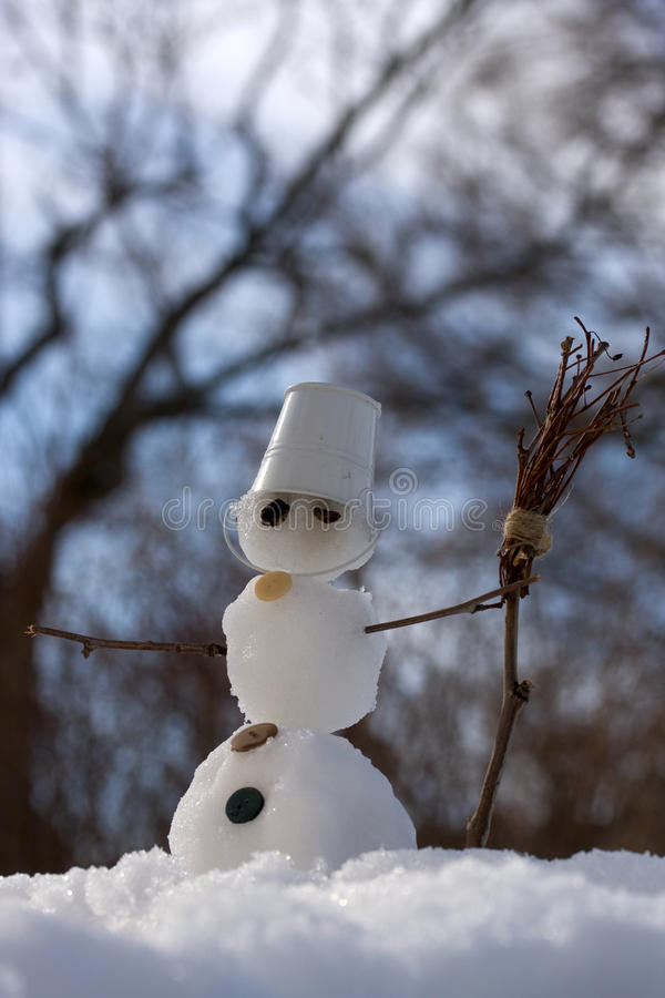 Petit bonhomme de neige avec le balai photo stock