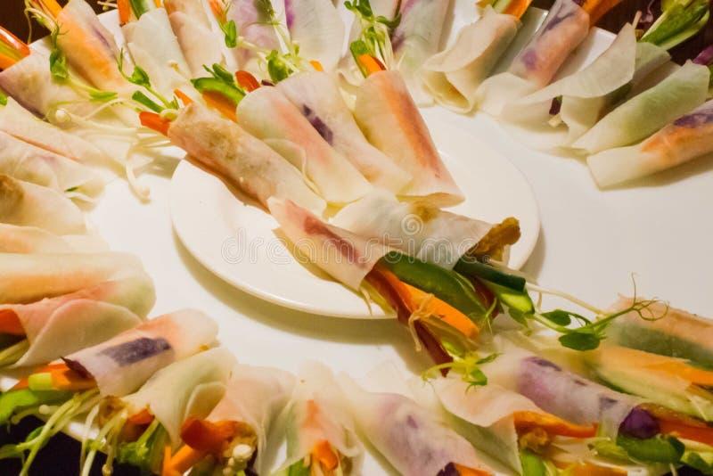 Petit bouquet comestible disposé du plat rond photo stock