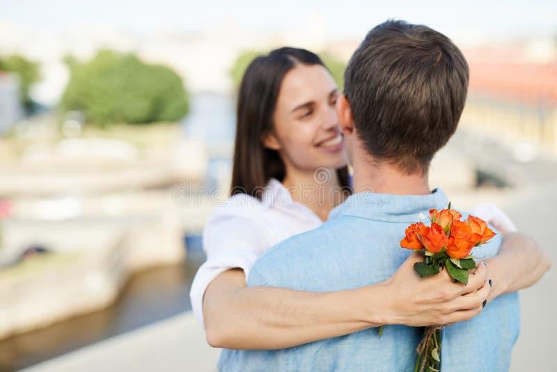 Petit bouquet des roses dans des mains d'amie image libre de droits