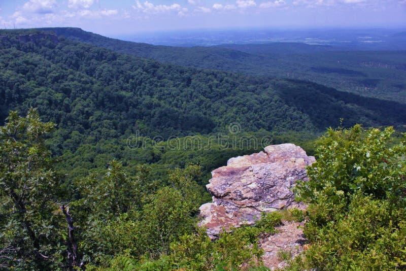Petit Cajgowa Rzeczna dolina od Przegapia przy góra magazynem, Arkansas ` s Wysoki punkt zdjęcia stock