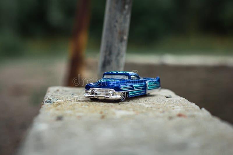 Petit camion pick-up bleu de jouet sur le vieux béton photo libre de droits
