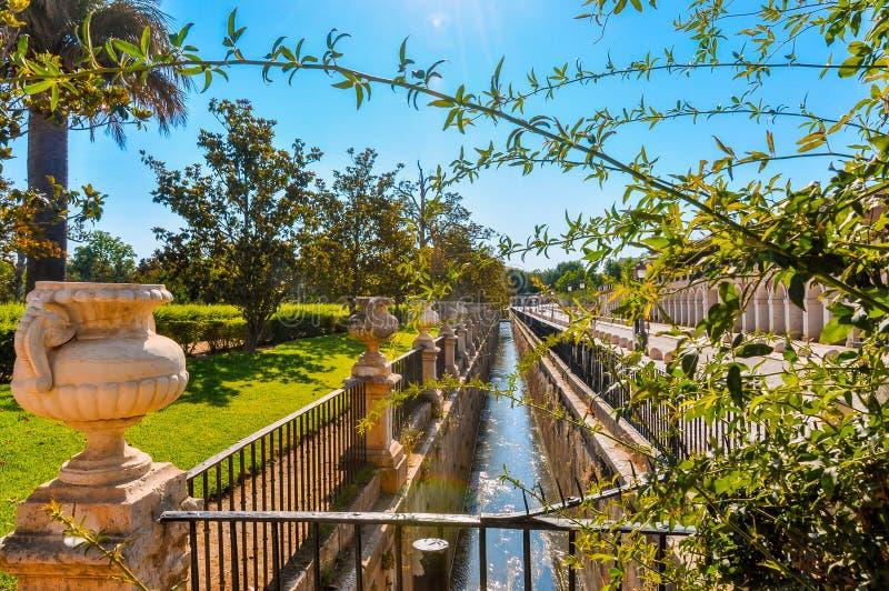 Petit canal ou fossé d'irrigation près du bâtiment somptueux photo stock