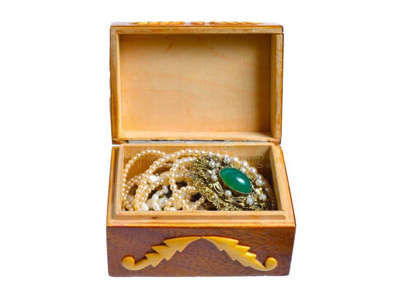 Petit cercueil fait main en bois avec des bijoux D'isolement sur le fond blanc images stock