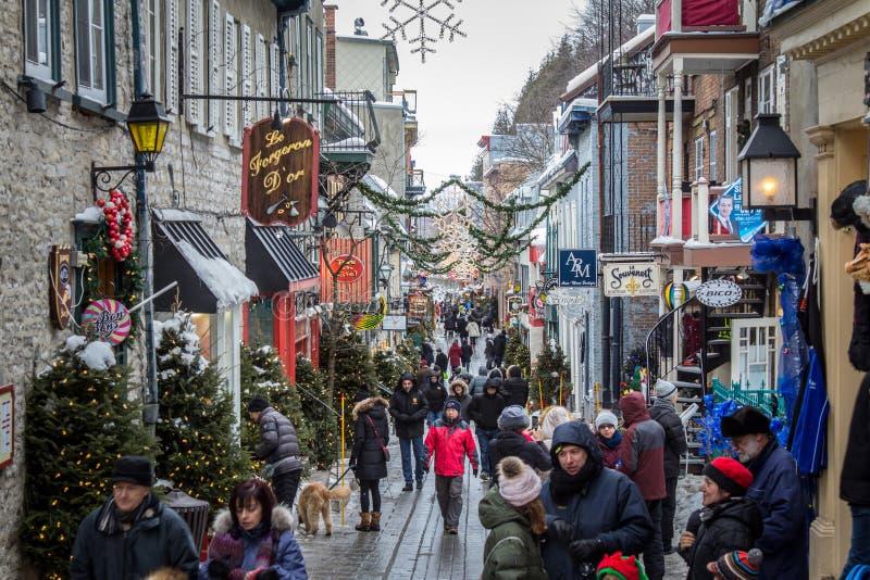 Petit Champlain-straat in oud die Quebec hierboven wordt gezien van, overvol met toeristen, tijdens een de wintermiddag stock foto
