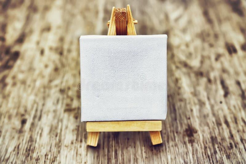 Petit chevalet propre sur le fond en bois Abstraction pour des pensées et des idées Chevalet blanc photos stock