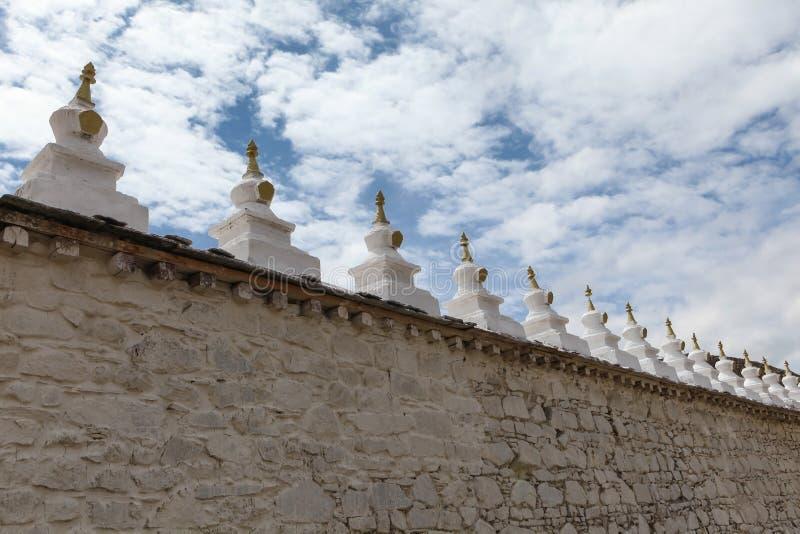 Petit chortens/stupas/pagodas sur le mur circulaire de Samye, Thibet photos libres de droits