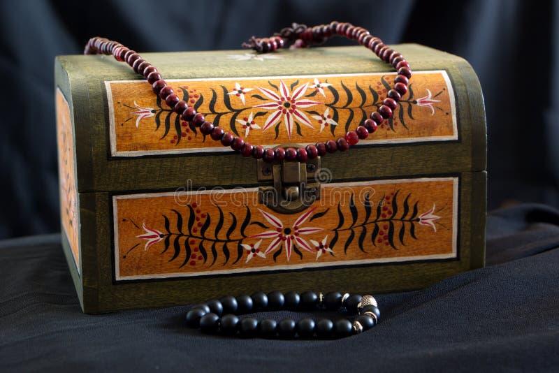 Petit coffre avec les ornements peints de vieille ?cole et le collier perl? photos stock