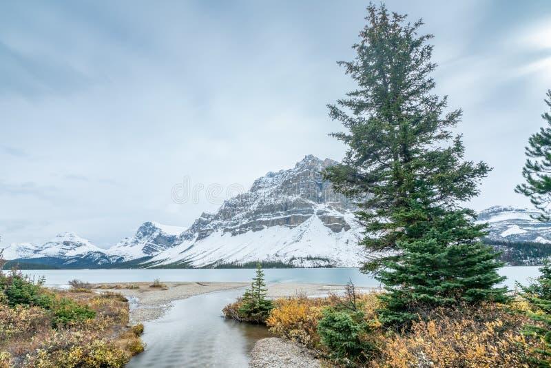 Petit courant fonctionnant dans le lac bow du parc national de Banff, Alberta, Canada photo stock