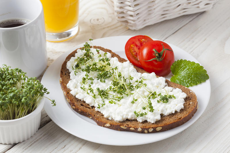 Petit déjeuner à faible teneur en matière grasse d'été sain de ressort images stock