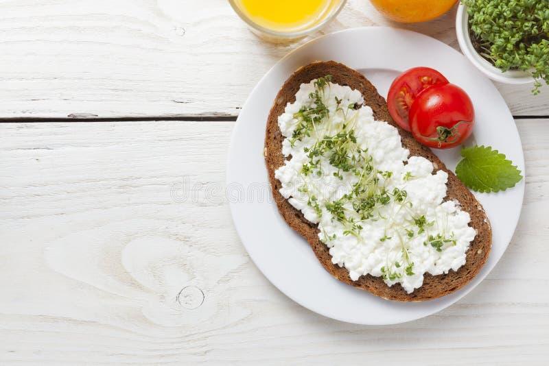 Petit déjeuner à faible teneur en matière grasse d'été sain de ressort photo libre de droits