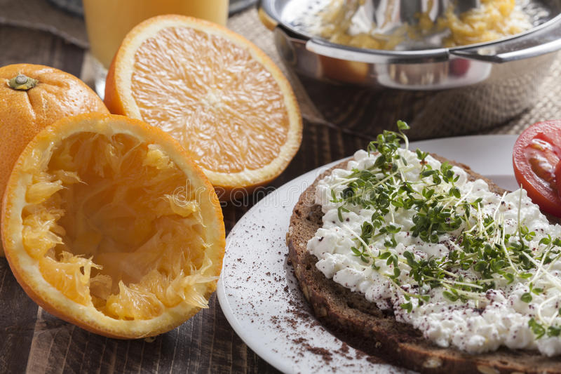 Petit déjeuner à faible teneur en matière grasse d'été sain de ressort image stock