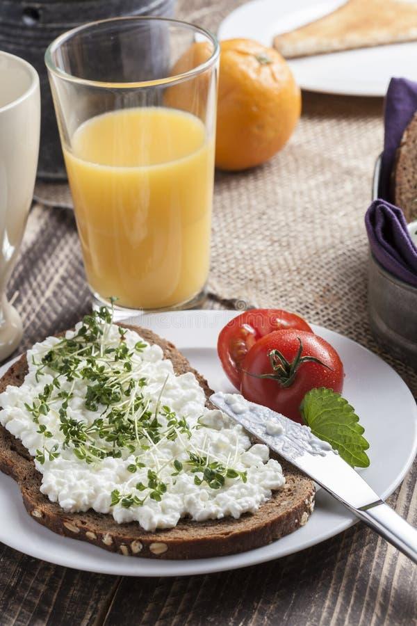 Petit déjeuner à faible teneur en matière grasse d'été sain de ressort image libre de droits