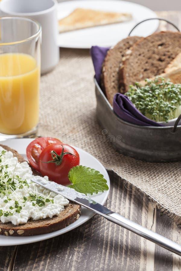 Petit déjeuner à faible teneur en matière grasse d'été sain de ressort photographie stock libre de droits