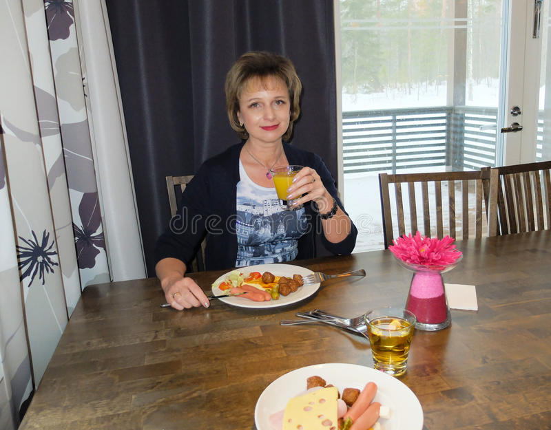 Download Petit déjeuner à l'hôtel photo stock. Image du cottage - 77154110