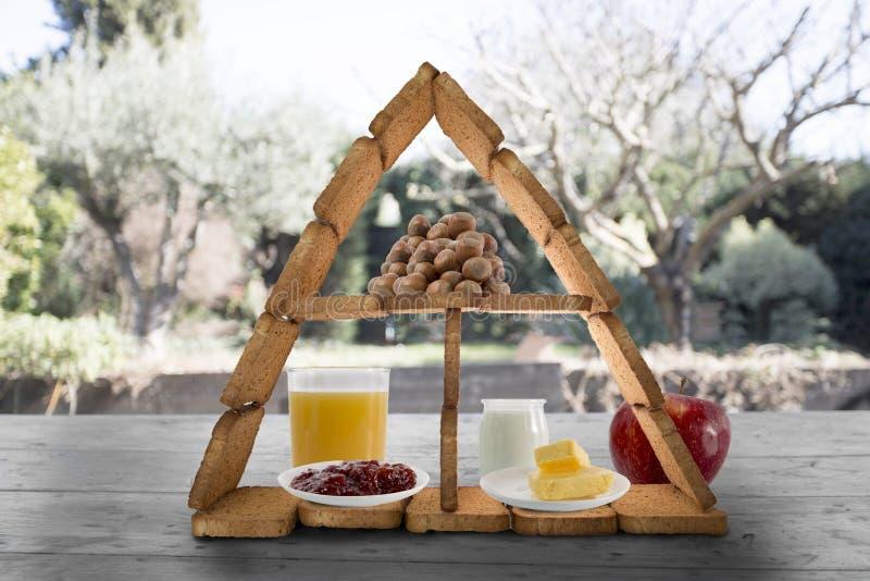 Petit déjeuner équilibré avec une pyramide des biscottes photos stock