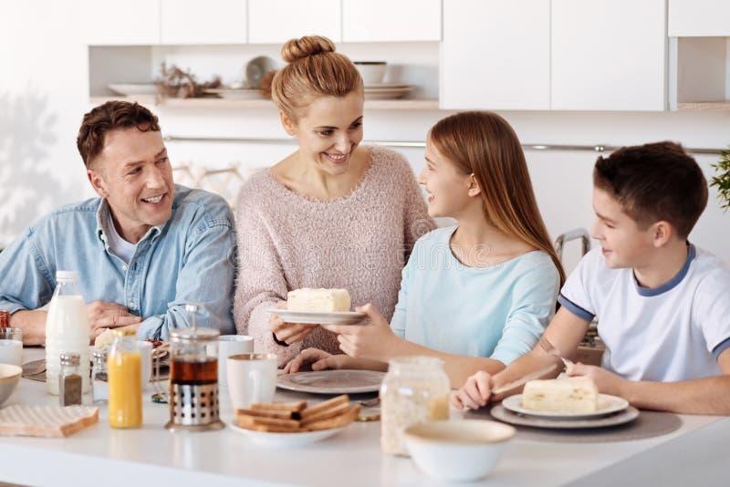 Petit déjeuner affectueux positif de portion de mère photos stock