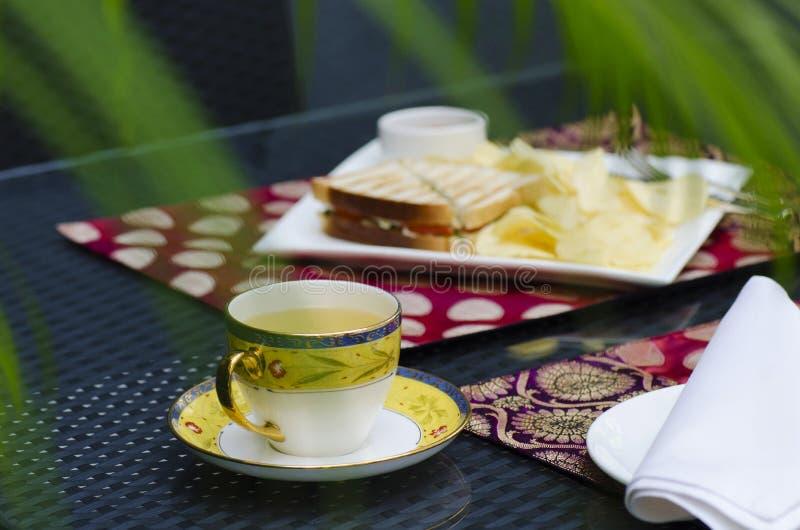 Petit déjeuner anglais, thé vert avec le sandwich à pain grillé photo libre de droits