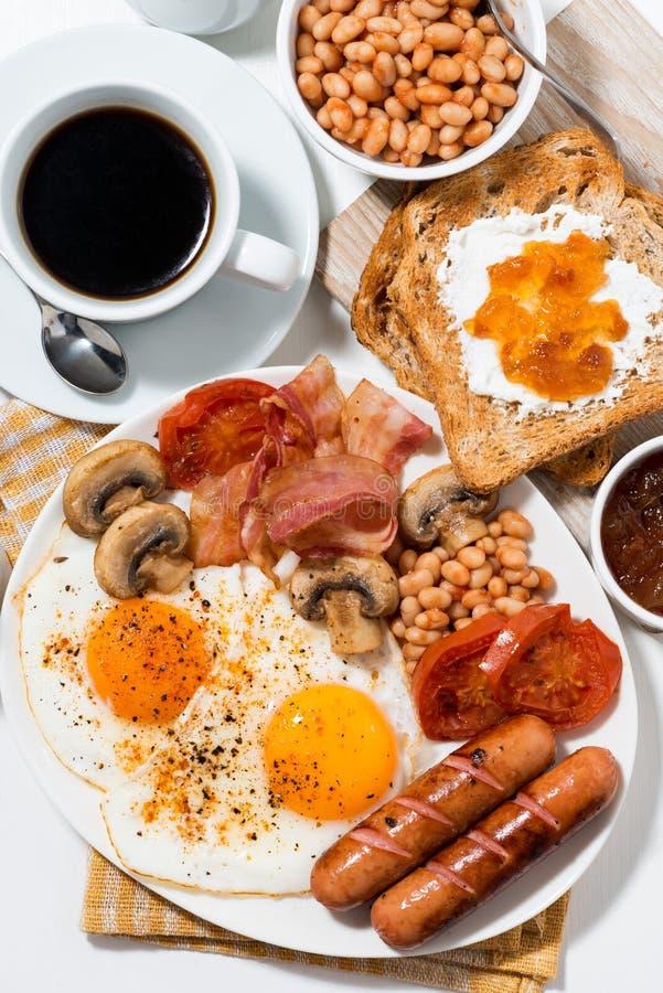 Petit déjeuner anglais traditionnel, vue supérieure verticale images stock