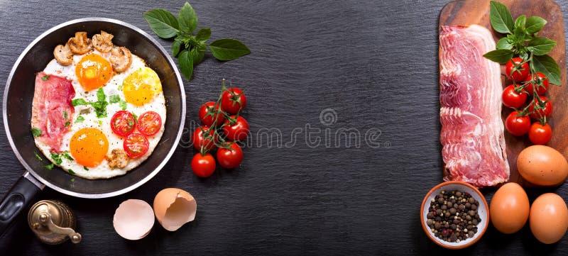 Petit déjeuner avec des oeufs au plat dans une casserole images stock