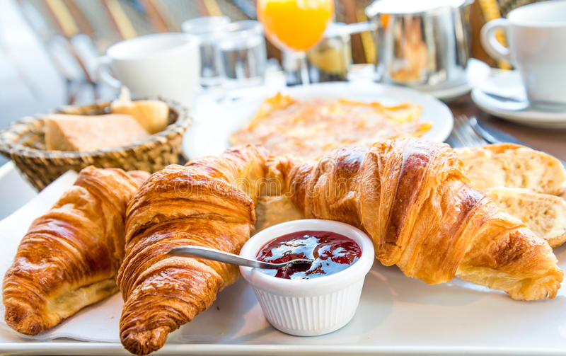 Petit déjeuner avec du café et des croissants photographie stock