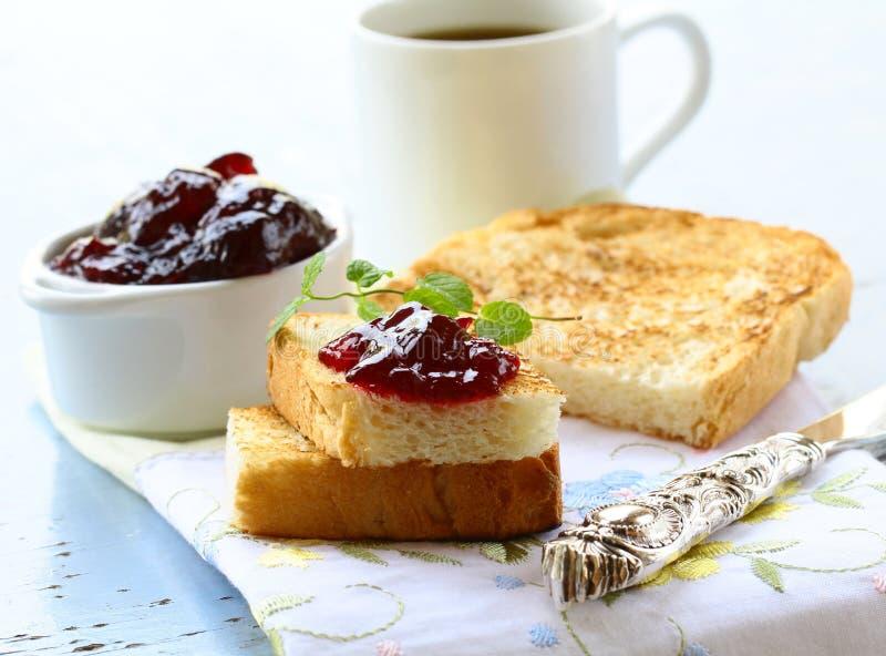 Petit déjeuner avec du pain grillé et la confiture frais image libre de droits