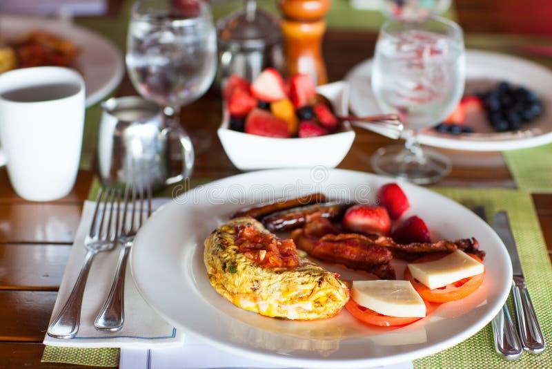 Petit déjeuner avec l'omelette, les fruits frais et le café photographie stock libre de droits