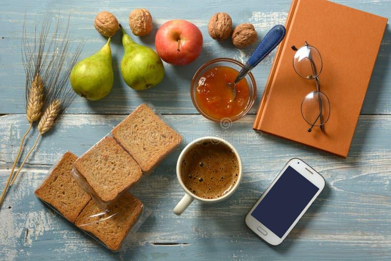 Petit déjeuner avec l'orge soluble, la confiture, le fruit assorti et les biscottes photographie stock