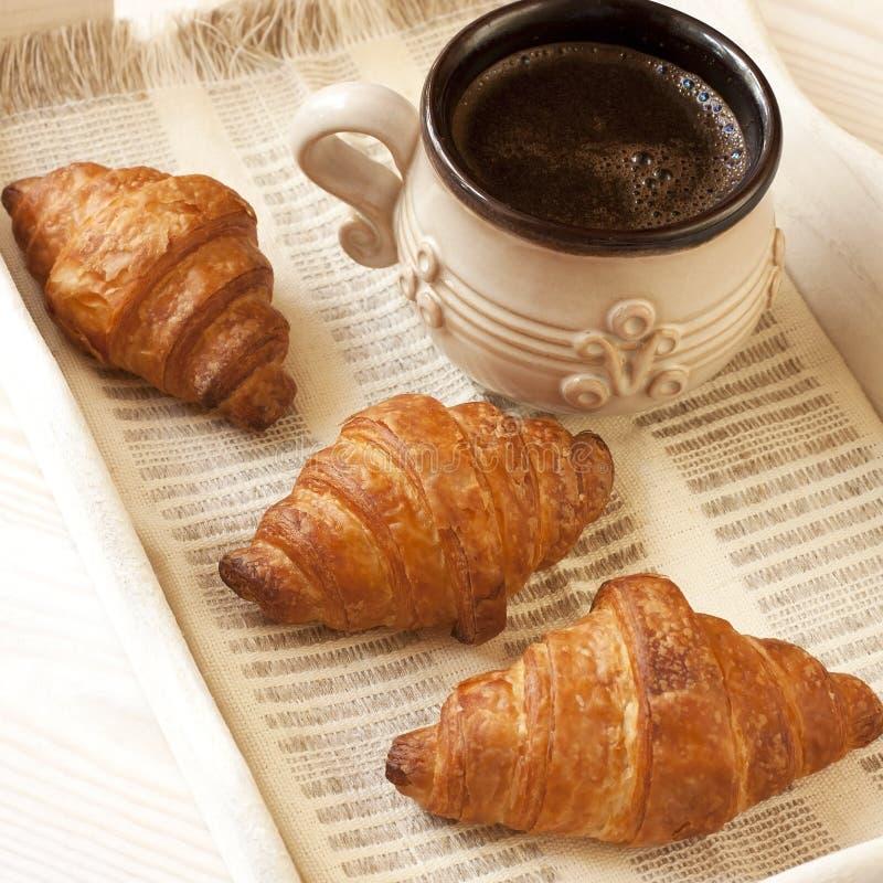 Petit déjeuner avec la tasse de croissant et de café photo stock
