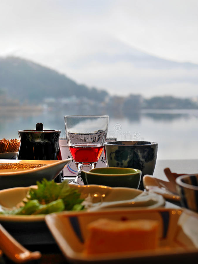 Petit déjeuner avec le lac et le Mountain View photo libre de droits