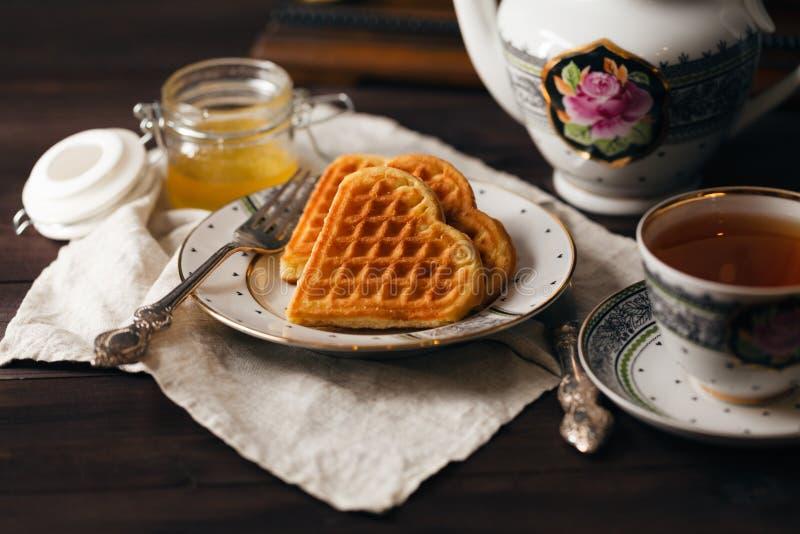 Petit déjeuner avec les gaufrettes et la tasse de thé photographie stock libre de droits