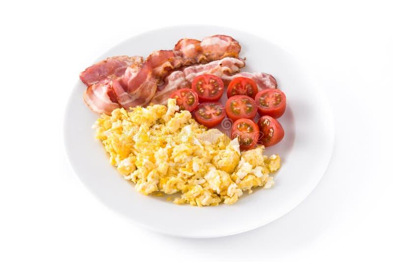 Petit déjeuner avec les oeufs brouillés, le lard et les tomates d'isolement photos libres de droits