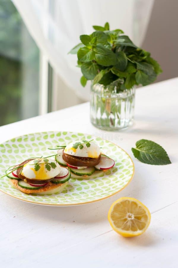 Petit déjeuner avec les sandwichs végétariens photographie stock