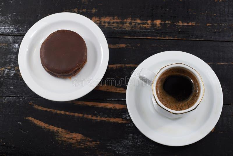 Petit déjeuner, café et gâteaux aux pépites de chocolat de matin photo stock