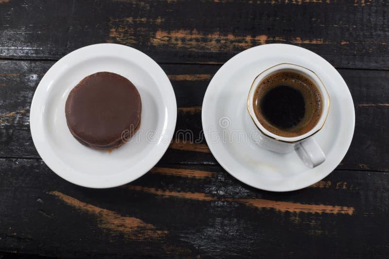 Petit déjeuner, café et gâteaux aux pépites de chocolat de matin photographie stock