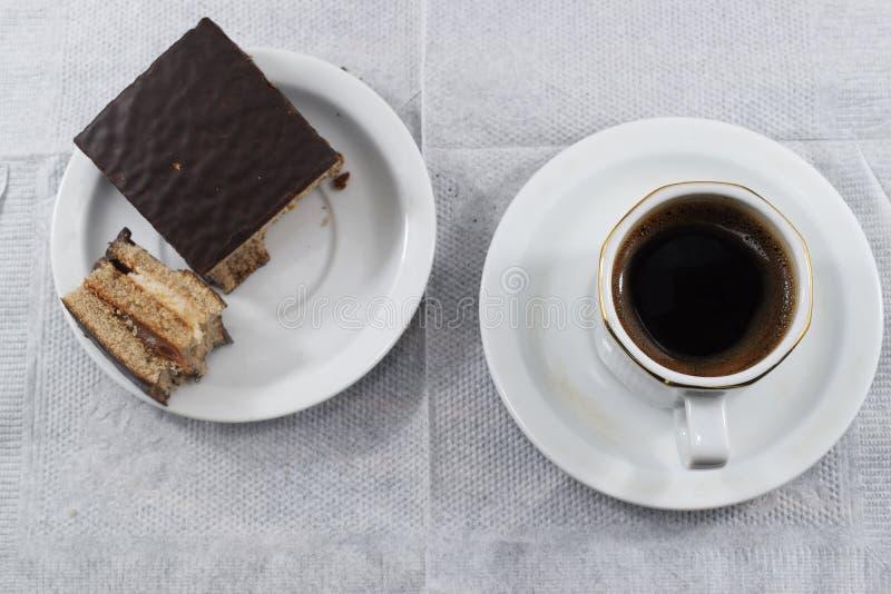 Petit déjeuner, café et gâteaux aux pépites de chocolat de matin photos libres de droits