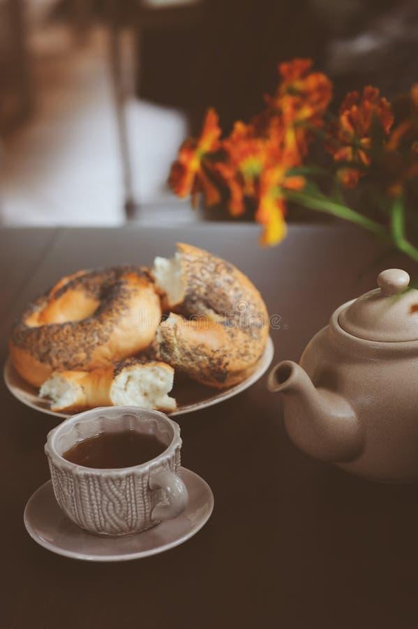 Petit déjeuner confortable d'automne sur la table dans la maison de campagne images stock