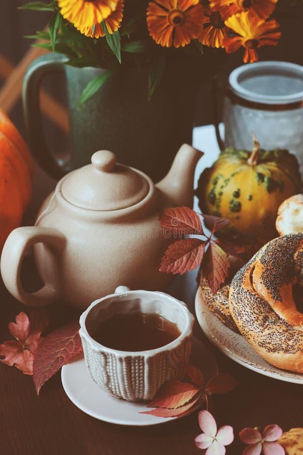Petit déjeuner confortable d'automne sur la table dans la maison de campagne image libre de droits