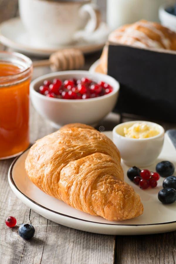 Petit déjeuner continental avec le croissant, la confiture et les fruits images stock