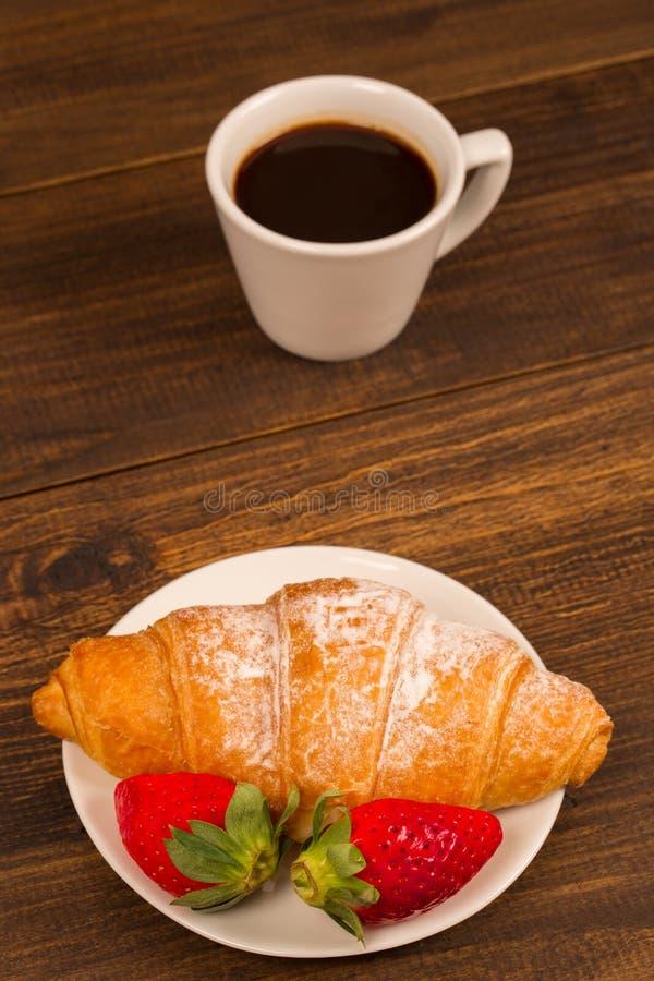 Petit déjeuner continental avec le croissant, les cafés et les fraises fraîches photos stock