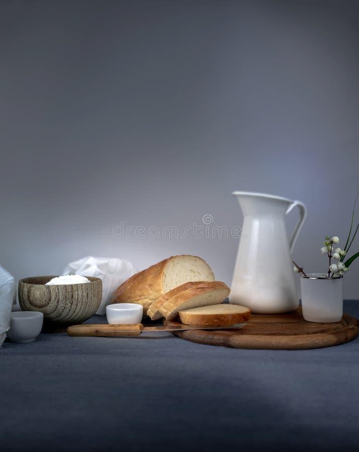 Petit déjeuner continental, laiterie, cruche, pain sur un conseil en bois L'espace pour le texte photos libres de droits