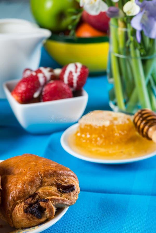 Petit déjeuner continental sain sur la table photos stock