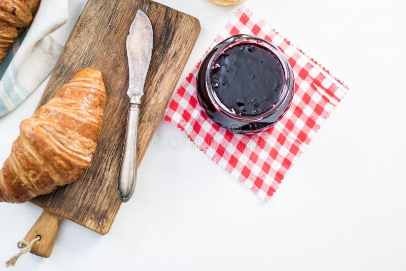 Petit déjeuner continental sur l'ardoise concrète photo stock