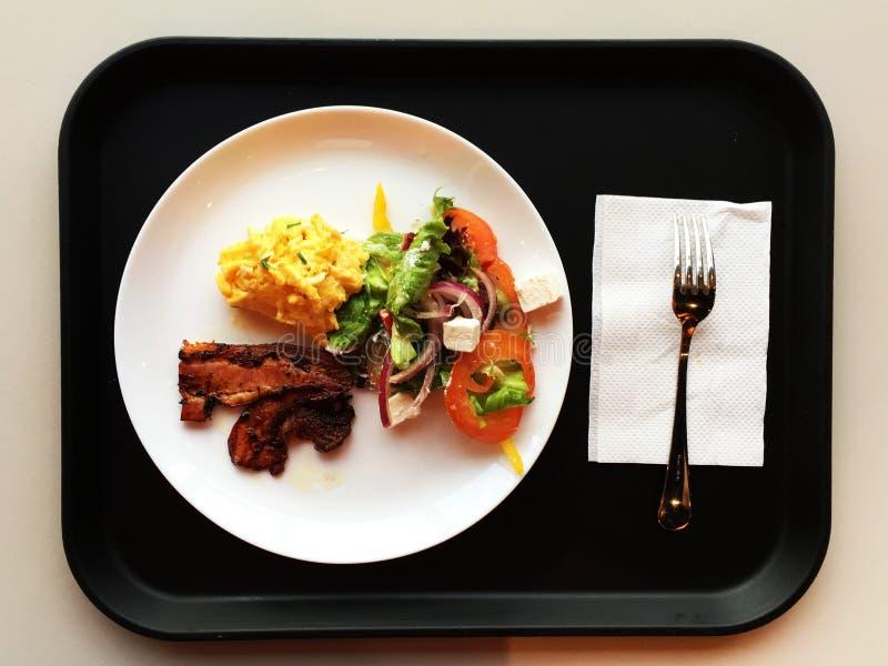 Petit déjeuner délicieux avec les oeufs brouillés et le lard photo libre de droits