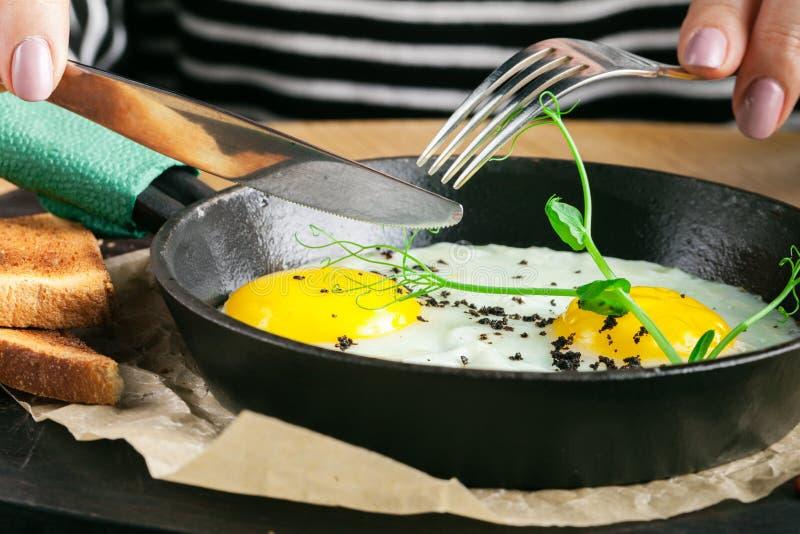 Petit déjeuner délicieux des oeufs brouillés avec la saucisse dans un restaurant images stock