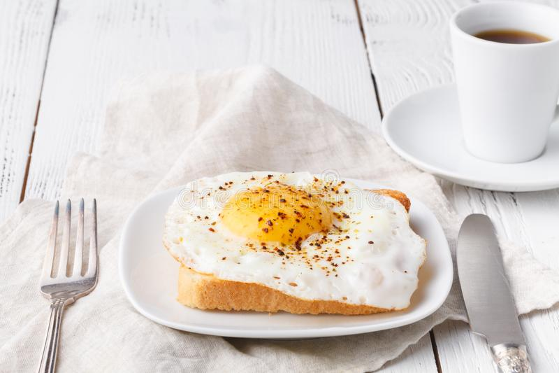 Petit déjeuner délicieux - les pains grillés français chauds, le fromage fondu d'emmental et le côté ensoleillé frit vers le haut images stock