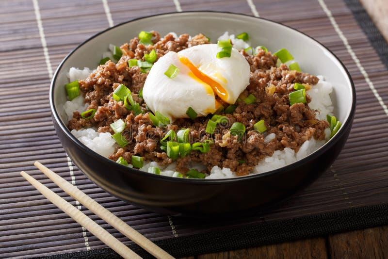 Petit déjeuner délicieux : viande hachée cuite épicée avec l'oeuf poché a image stock