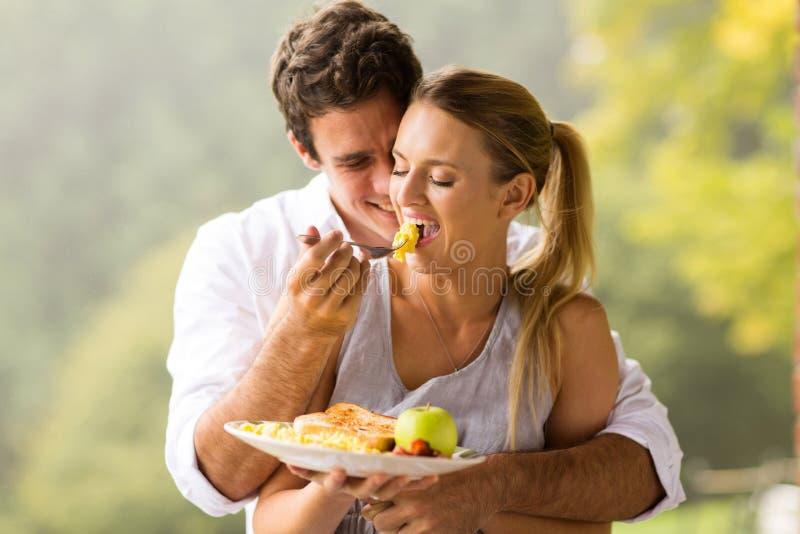 Petit déjeuner d'épouse d'homme images stock