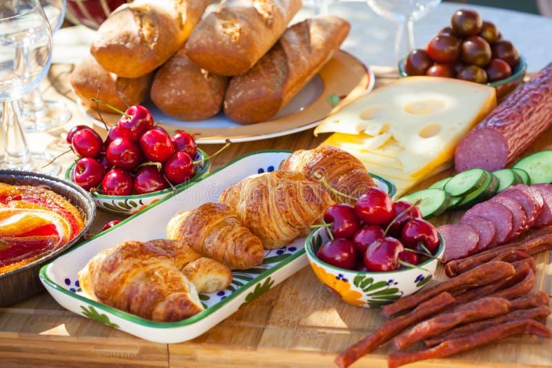 Petit déjeuner d'été dans le jardin photographie stock libre de droits