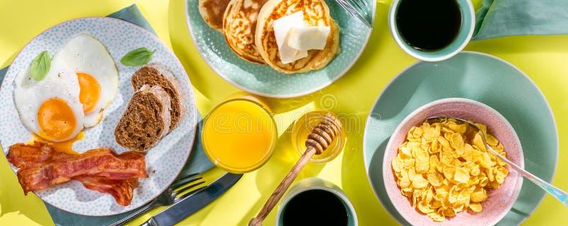 Petit déjeuner d'été - oeufs, lard, crêpes, céréale image libre de droits